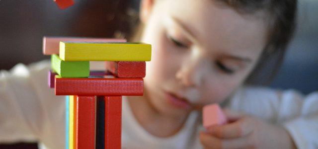 Zabawki edukacyjne znaczy lepsze?
