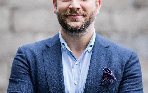 Dlaczego warto inwestować w apartamenty wakacyjne – wywiad z Wojciechem Konferowiczem