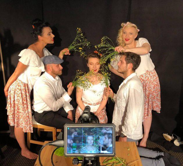 """Kobiece marzenia w operowej stylistyce czyli recenzja """"Dziewczyn z Neapolu"""" w wykonaniu Les Femmes"""